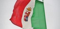 Drapeau italien Marine Militaire hissé sur mat
